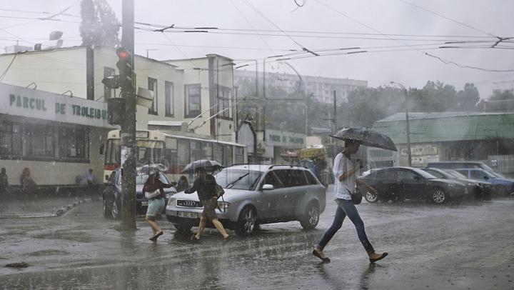 HAOS pe bulevardul Ştefan cel Mare! Ploaia a stins lumina, iar troleibuzele staţionează