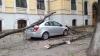 Pagube în urma rafalelor: Crengi rupte şi maşini avariate în Capitală