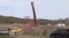 ÎŢI TAIE RESPIRAŢIA! Momentul în care un coş de fum uriaş cade peste un excavatorist (VIDEO)
