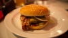 DEZGUSTĂTOR! Ce a descoperit un client într-un hamburger. Administraţia localului neagă acuzaţiile