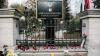 Flori și lumânări la Ambasada României. Condoleanțe transmise de oamenii simpli și conducerea țării (FOTOREPORT)