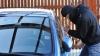 Necaz pe capul a doi șoferi din Capitală! Li s-a furat din mașini zeci de mii de lei și dolari