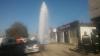 """Surpriză """"umedă"""" în sectorul Ciocana! O fântână arteziană a apărut din senin pe o stradă (FOTO/VIDEO)"""