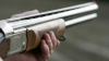 SCANDAL într-un sat din Străşeni. Un vânător a tras două focuri de armă în direcţia unei minore (VIDEO)