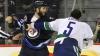 Bătaie ca în Vestul Sălbatic la un meci din NHL. Doi jucători au fost calmaţi cu greu de arbitri