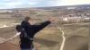 IGNORĂ decizia autorităţilor. Amatorii de adrenalină continuă să sară de pe turnul de la Dănceni (VIDEO)