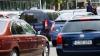 Doar în filme vezi aşa ceva! Un bărbat a fost cărat pe capota unei maşini în plin trafic (VIDEO)