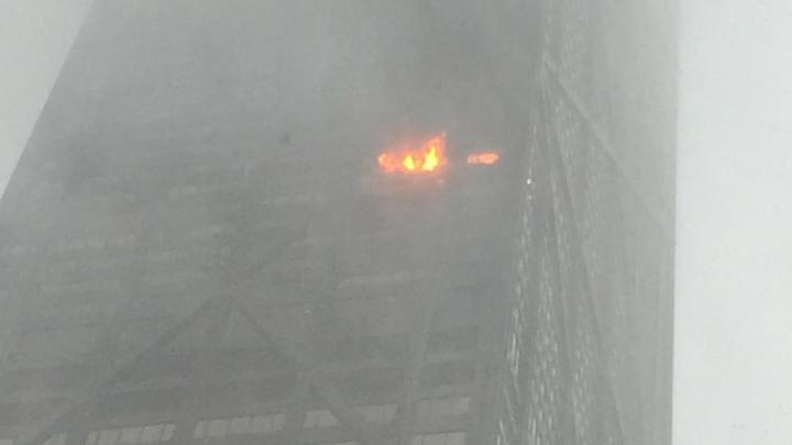 Cinci persoane au fost rănite în urma unui incendiu izbucnit într-un zgârie-nori din Chicago