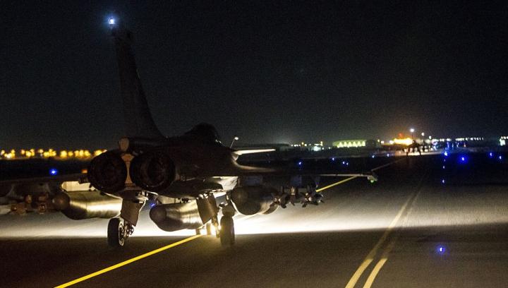 Franţa îşi răzbună morţii: Bombardamente masive asupra Statului Islamic în Siria