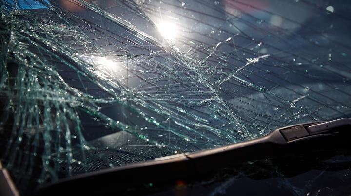 Accident rutier controversat la București. Ce a pățit o fată care se grăbea la autobuz (VIDEO)