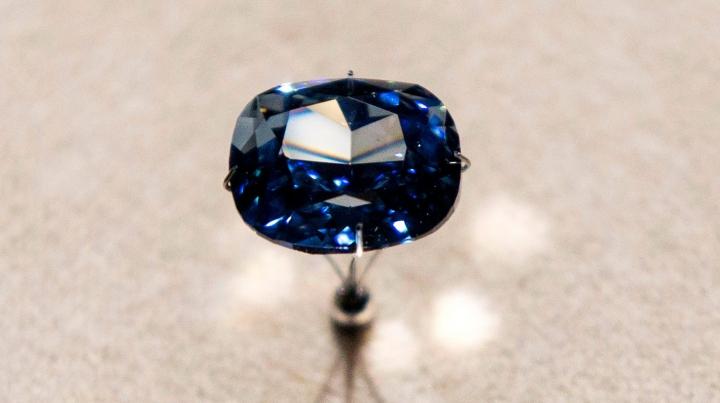 """Un nou record mondial! Preţul exorbitant la care a fost vândut diamantul """"Blue Moon"""""""