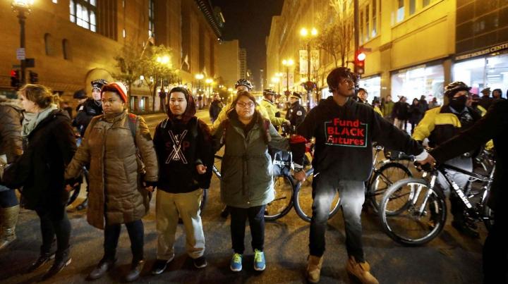 Proteste violente la Chicago. Înregistrarea video care a stârnit FURIA oamenilor