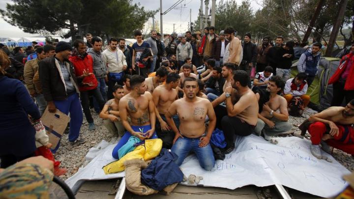 Peste o mie de migranți, blocați la frontiera greco-macedoniană, suferă de foame (FOTOREPORT)