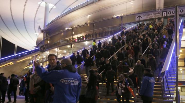 VIDEO INCREDIBIL! Reacţia spectatorilor de pe Stade de France când au aflat despre masacrul din Paris