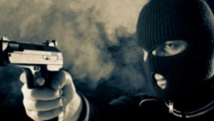 Avea un pistol şi cagulă pe cap. Un tânăr din Străşeni riscă puşcărie pentru ce i-a făcut unui minor