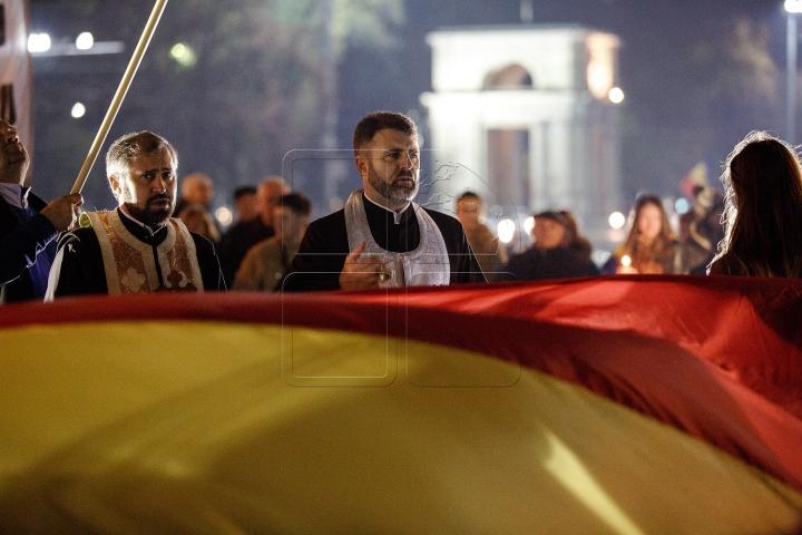 Rugăciuni şi lumânări la Chișinău. Sute de unionişti s-au adunat la monumentul lui Ştefan cel Mare (FOTO)