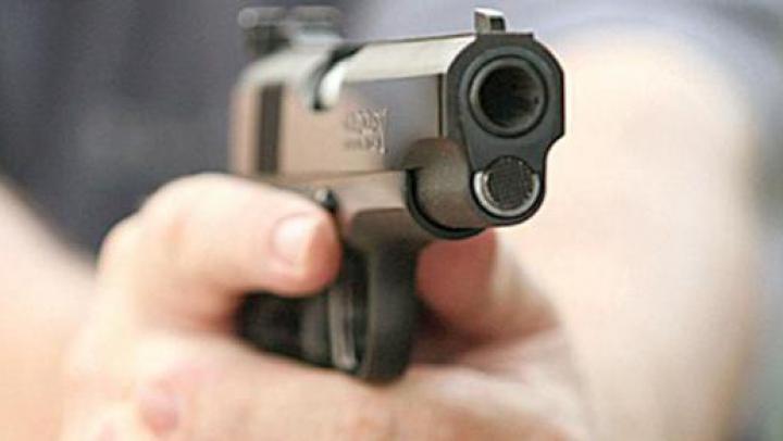 CONSECINŢE DRAMATICE! Ce se întâmplă când într-un corp se trage cu un pistol automat (VIDEO)