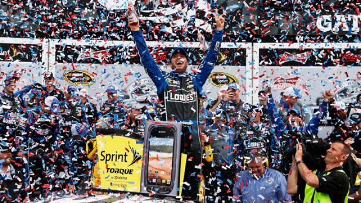 Cursă tensionată de NASCAR. Jimmie Johnson i-a furat de sub nas victoria lui Brad Keselwoski