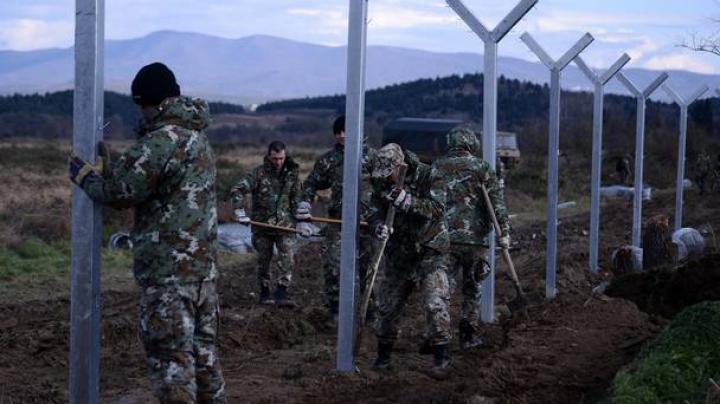 Migranţi nedoriţi de nimeni. Şi Macedonia a început construcţia unui gard la frontieră