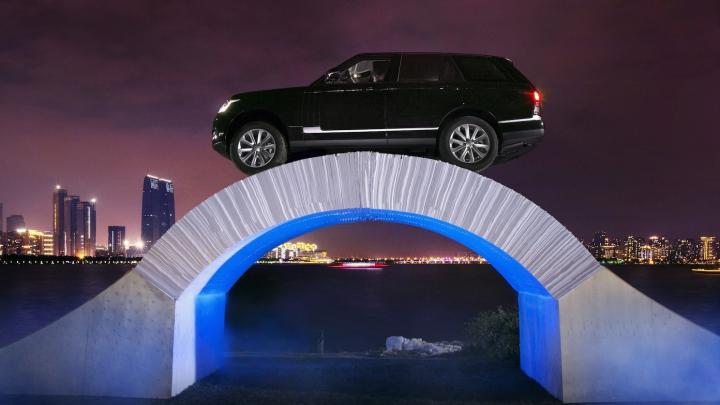 Range Rover sărbătoreşte 45 de ani de existenţă, trecând peste un pod din hârtie