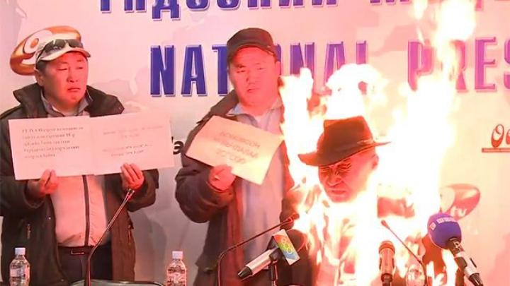 GEST EXTREM! Un bărbat şi-a dat foc în timpul unei conferinţe de presă (VIDEO 18+)