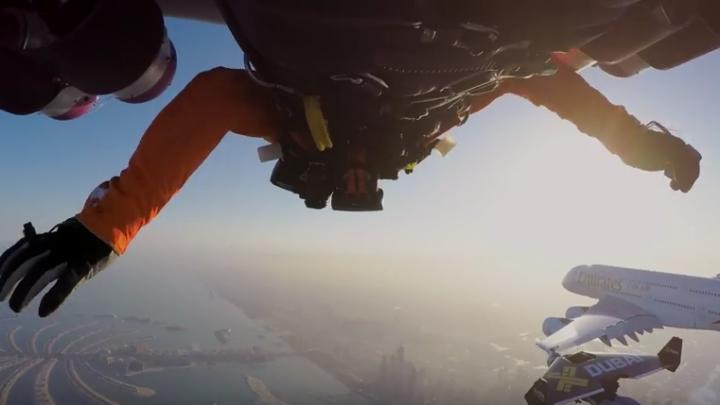 Nu este niciun trucaj. Cum zboară oamenii cu jet pack-urile lângă un Airbus A380 deasupra Dubaiului. VIDEO FULMINANT