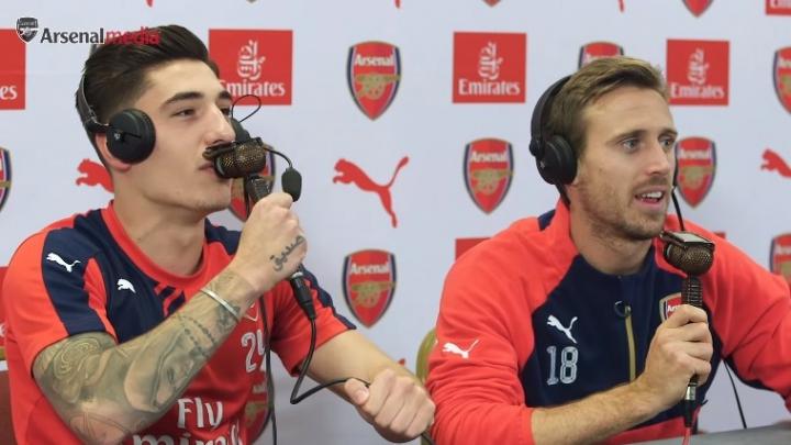 Distracţie în faţa microfoanelor. Doi jucători de la Arsenal, comentatori pentru o zi (VIDEO)