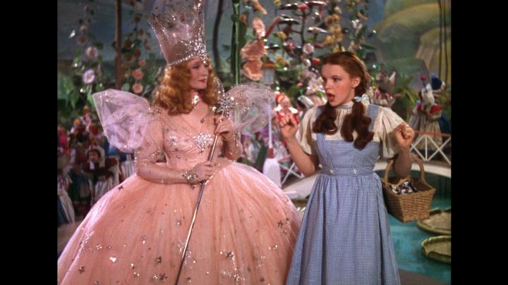 """O rochie purtată de personajul """"Dorothy"""" din filmul """"Vrăjitorul din Oz"""" va fi scoasă la licitaţie"""