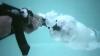 NO COMMENT. Ce se întâmplă când foloseşti un AK-47 sub apă VIDEO