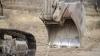 N-ai mai văzut aşa ceva! Un excavatorist a găsit cum să-l ajute în trafic pe şoferul unui TIR (VIDEO)