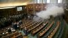 Violenţe în Legislativul Kosovo! Mai mulţi deputaţi au lansat gaze lacrimogene