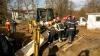 GRAV ACCIDENT DE MUNCĂ! Două persoane au fost acoperite de un mal de pământ (FOTO)