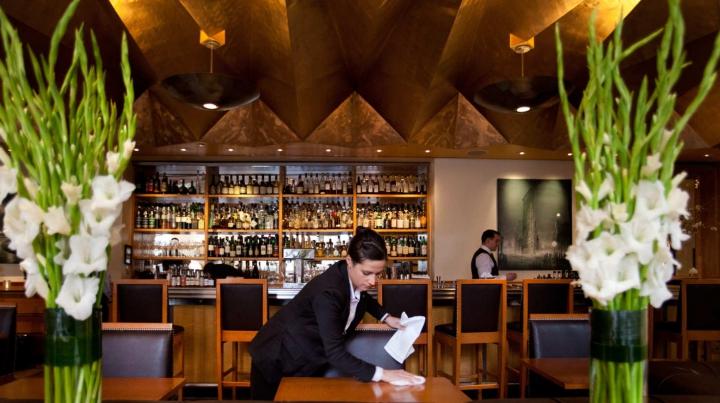 INEDIT! Un restaurant de lux a RENUNŢAT complet la BACŞIŞ
