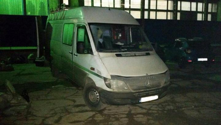 """Venit dublu. Un şofer de microbuz, reţinut pentru că a adus în ţară 90 de kg de """"droguri"""" (FOTO)"""