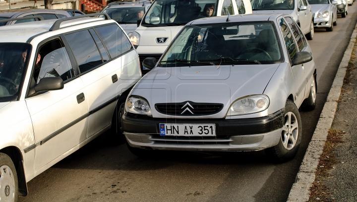 DEPĂŞEŞTE ORICE LOGICĂ! Cum şi-a parcat maşina un șofer în Capitală (FOTO)