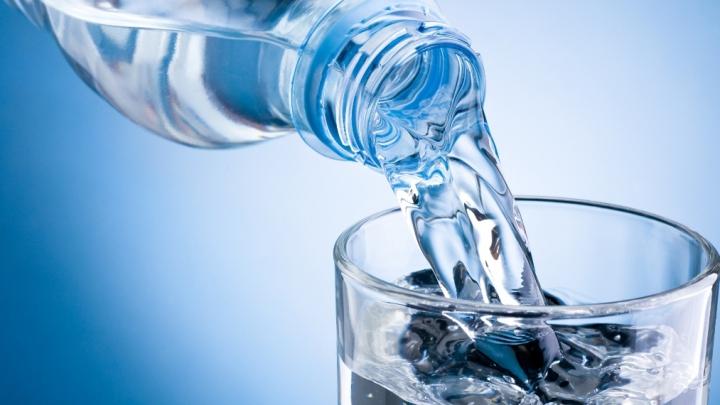 STUDIU: 93% dintre sticlele cu apă îmbuteliată sunt contaminate cu particule de plastic