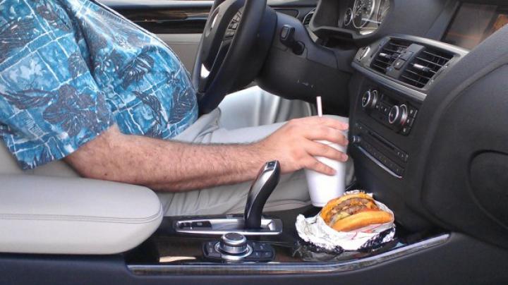 HAZ DE NECAZ! Momentul în care un şofer OBEZ nu poate să iasă din propria maşină VIDEO