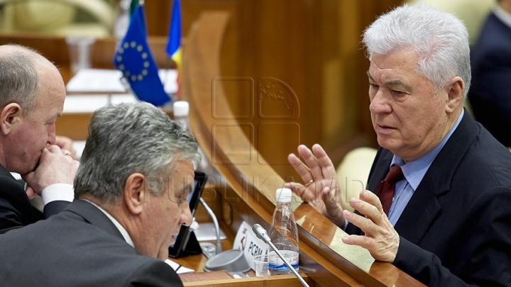 Discuţii aprinse în Parlament. Vladimir Voronin: Nu am nevoie de două pașapoarte diplomatice