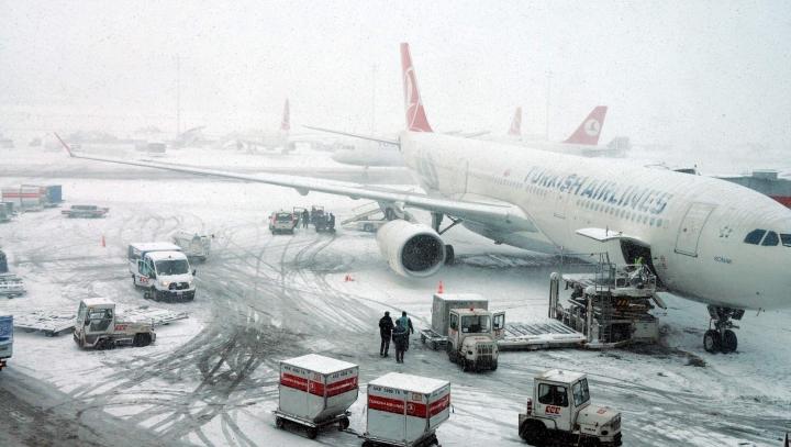 Zăpada face ravagii în Turcia. Sute de zboruri au fost anulate