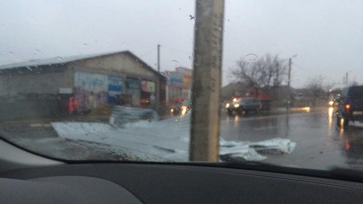 PRĂPĂD pe traseul Orhei-Chişinău. Furtuna a dat jos un pilon. Drumul a fost blocat (FOTO)