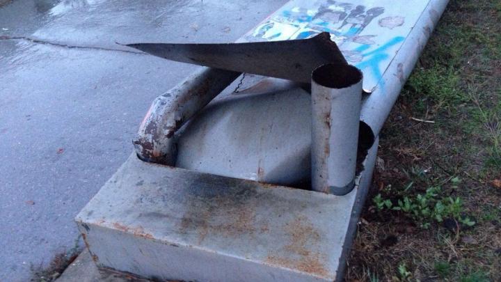 Potopul de după furtună: Un panou publicitar, de circa o jumătate de tonă, PRĂBUŞIT la pământ (FOTO)