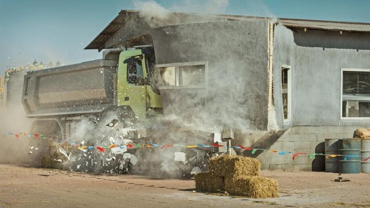 ÎŢI PUI MÂINILE ÎN CAP! Un copil a condus un camion. Cum s-a terminat aventura trăsnită (VIDEO)