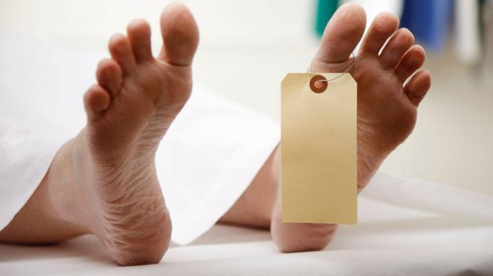 CAZ INCREDIBIL! Un cadavru S-A TREZIT ÎN MORGĂ şi a mers la PROPRIA ÎNMORMÂNTARE