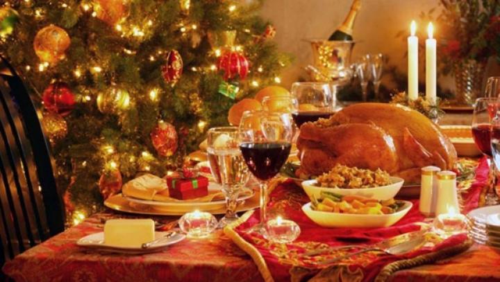 ATMOSFERĂ DE SĂRBĂTOARE! Cum să aranjezi festiv şi ce bucate trebuie să ai pe masa de Revelion