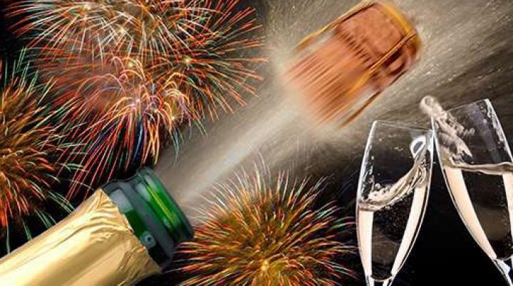 Cum să desfaci o sticlă de șampanie ca să-ţi impresionezi oaspeții în noaptea dintre ani