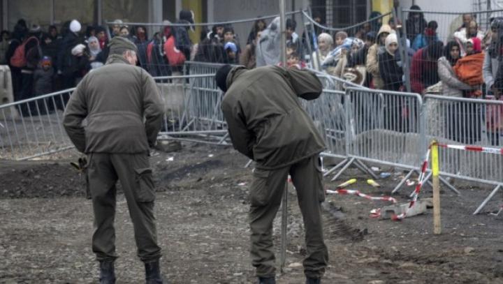 Doi oameni suspectaţi că ar avea legătură cu atacurile de la Paris au fost arestaţi