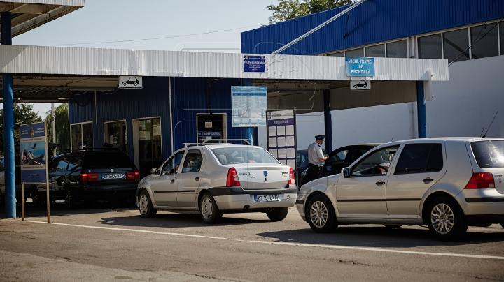 VERIFICĂRI MINUŢIOASE. Ce au depistat vameşii în automobilele a doi moldoveni (FOTO)