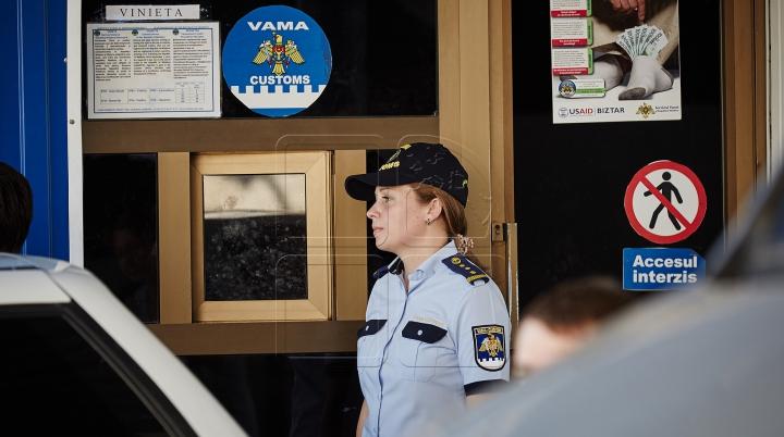 L-au prins cu mâţa în sac! Ce au descoperit vameşii în maşina unui moldovean (FOTO)
