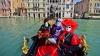 Parada gondolelor la Veneţia! Mii de turişti au admirat o adevărată flotă decorată în culori vii