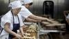 Forfotă mare în bucătăriile și fabricile din țară. Gospodinele împletesc tradiționalii colaci și crăciunei pentru colindători